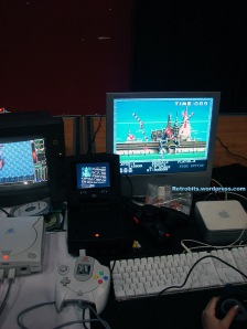 La Trimcast (Dreamcast de palo con monitor) corriendo un emulador viejuno.