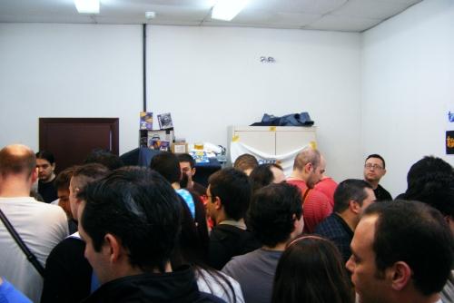 El rastrillo retro estaba detrás de toda esta gente.