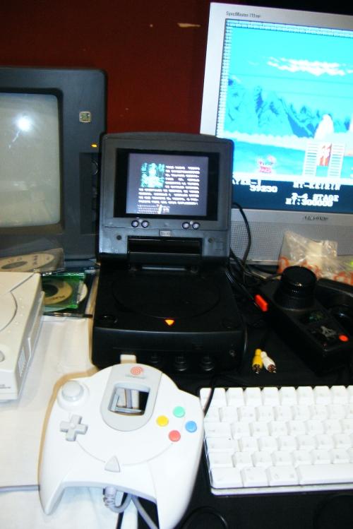 Treamcast, una Dreamcast piratoide de fabricación china con un pequeño monitor incorporado. Yo también quiero una.